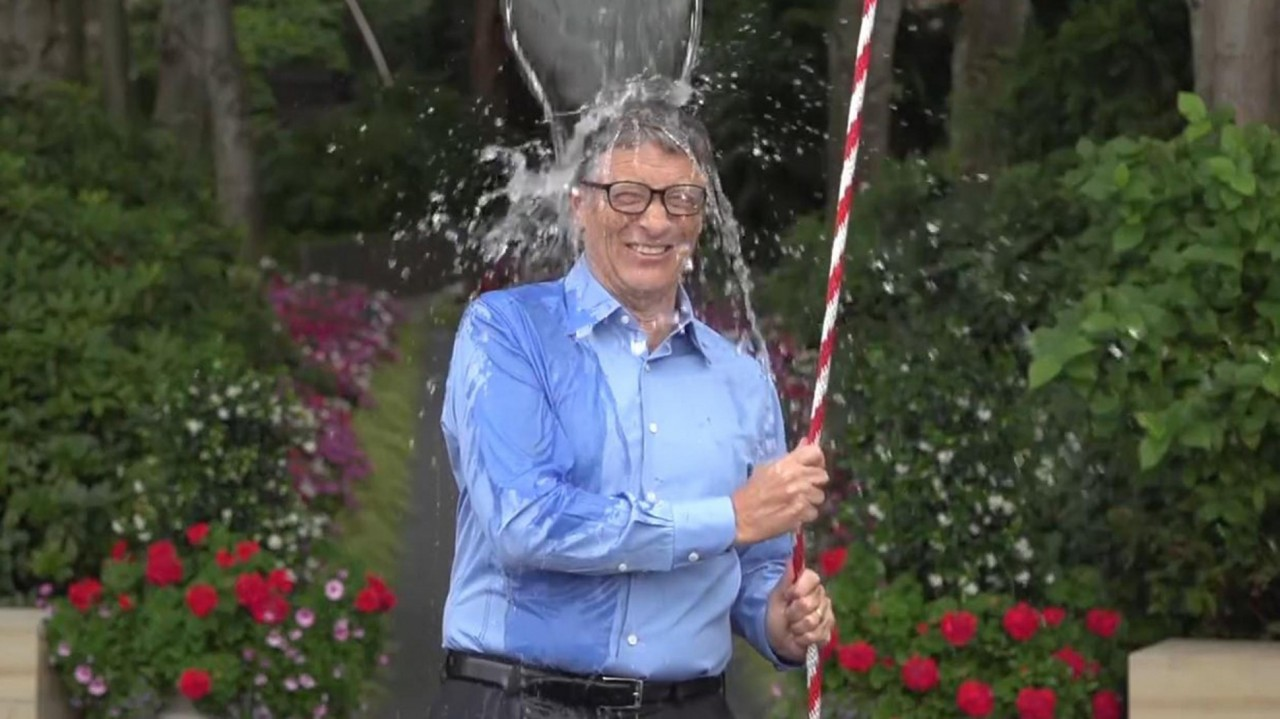 Fashion week Anna imortant wintour als ice bucket challenge for lady